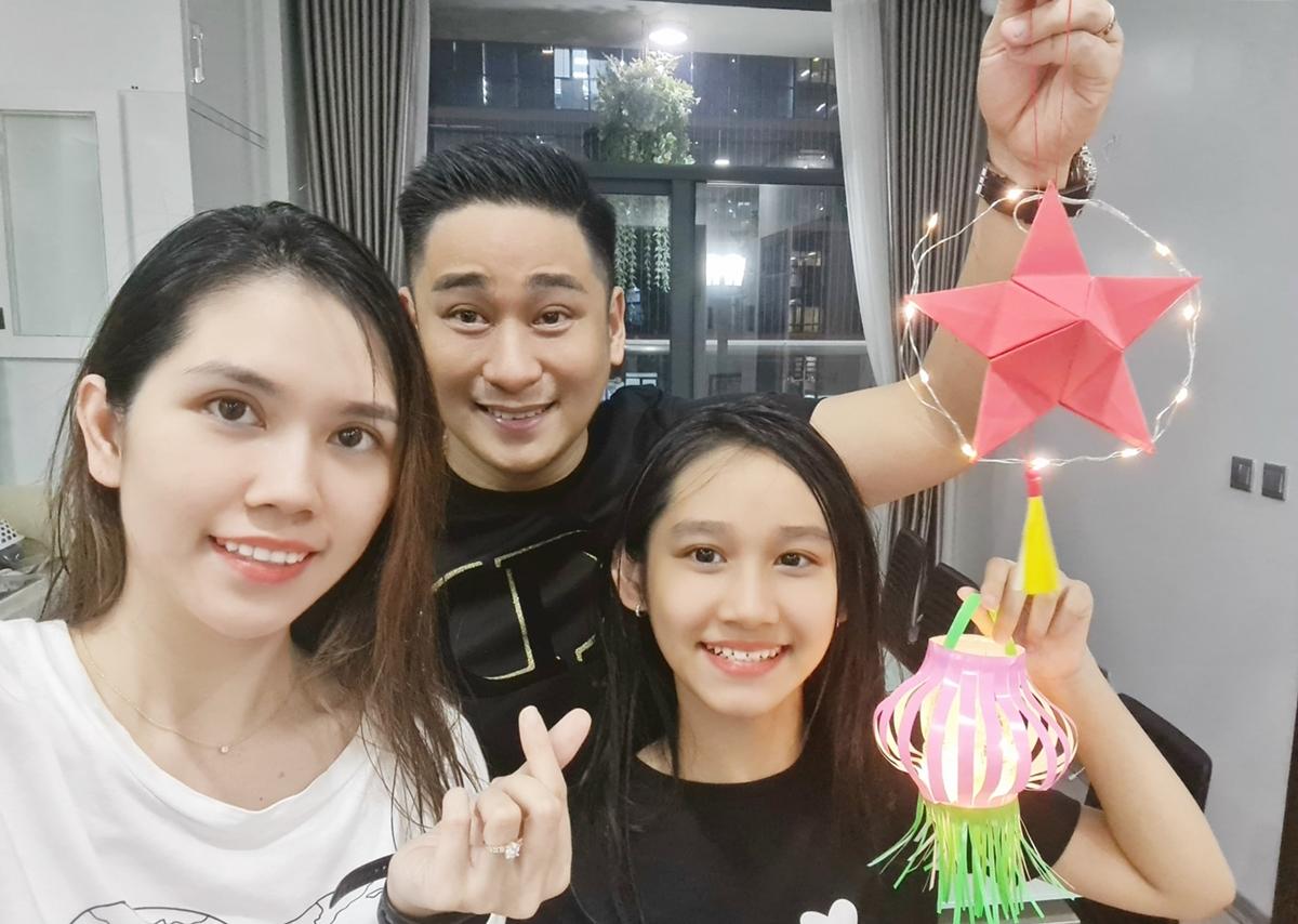 Minh Tiệp cùng vợ và con gái tự làm đèn dịp trung thu. Ảnh: Nhân vật cung cấp