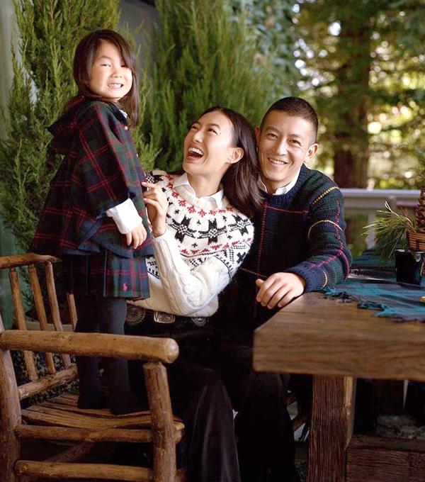 Trần Quán Hy, Tần Thư Bồi và con gái bốn tuổi, Alaia. Quán Hy từng là diễn viên, ca sĩ có tiếng Hong Kong, đóng các phim Vô gian đạo, Thiên cơ biến, Ái quân như mộng. Ảnh: Ralph Lauren