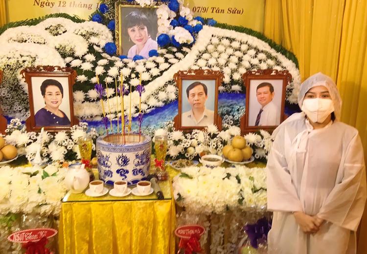Bình Tinh làm lễ viếng cho mẹ và các người thân trong gia tộc, trưa 12/10. Ảnh: Song Minh