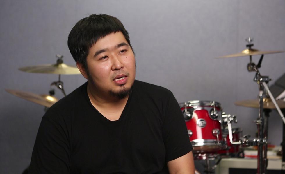 Tống Đông Dã sinh năm 1987 ở Bắc Kinh, gia nhập làng nhạc từ năm 2009 với vai trò ca sĩ, nhạc sĩ. Anh từng đoạt giải Người viết lời bài hát hay nhất, tại Kim Khúc (Đài Loan) năm 2018. Anh kết hôn năm 2016. Ảnh: Ifeng