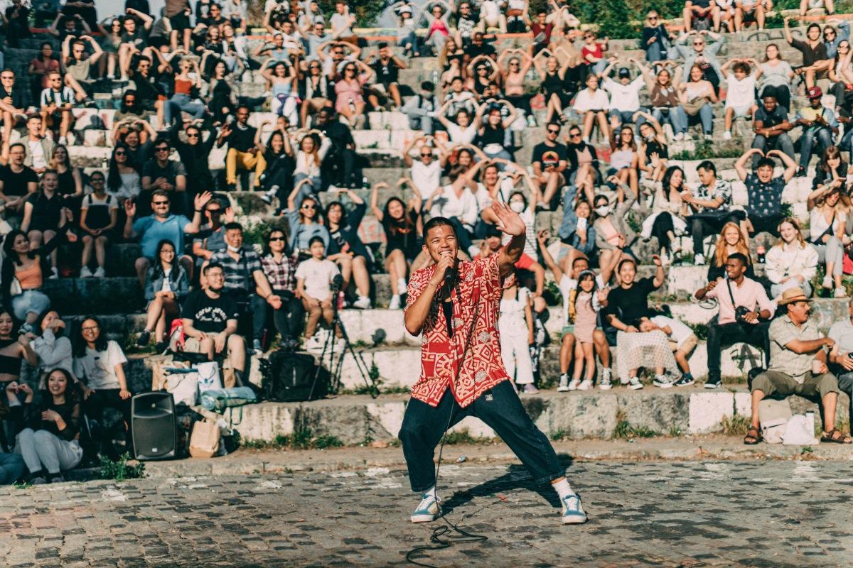 Trọng Hiếu biểu diễn âm nhạc đường phố tại Đức. Ảnh: Nhân vật cung cấp