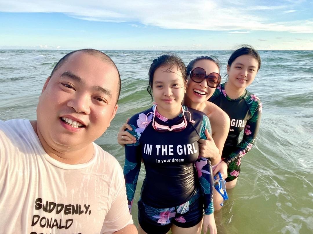 Từ trái sang: nhạc sĩ Minh Khang, Suli, Thúy Hạnh và Suti vui chơi trên biển cùng nhau.