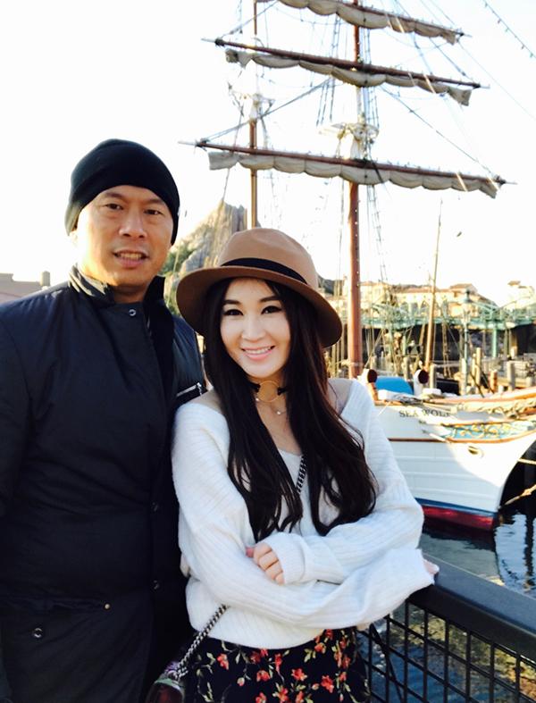 Vợ chồng Ôn Bích Hà. Doanh nhân Hà Tổ Quang xuất thân giàu có, hiện làm việc lĩnh vực ngân hàng. Ảnh: Weibo/Irene Wan