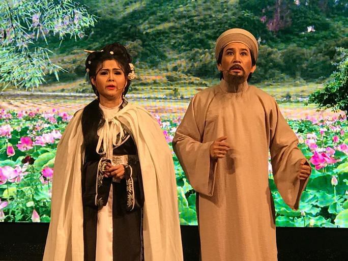 Vợ chồng nghệ sĩ Kim Tử Long - Trinh Trinh trong vở Rạng ngọc Côn Sơn tại Liên hoan cải lương toàn quốc năm 2018. Ảnh: Thanh Hiệp