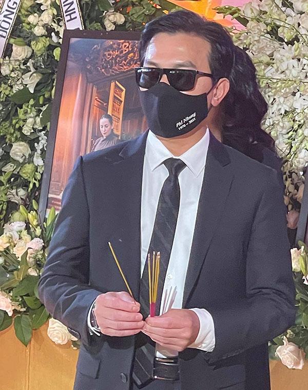 Ca sĩ Mạnh Quỳnh trong tang lễ Phi Nhung tại Mỹ. Ảnh: Thanh Huy.