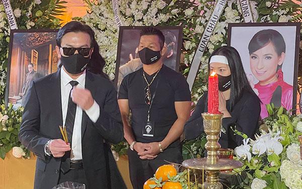 Ca sĩ Mạnh Quỳnh (trái)