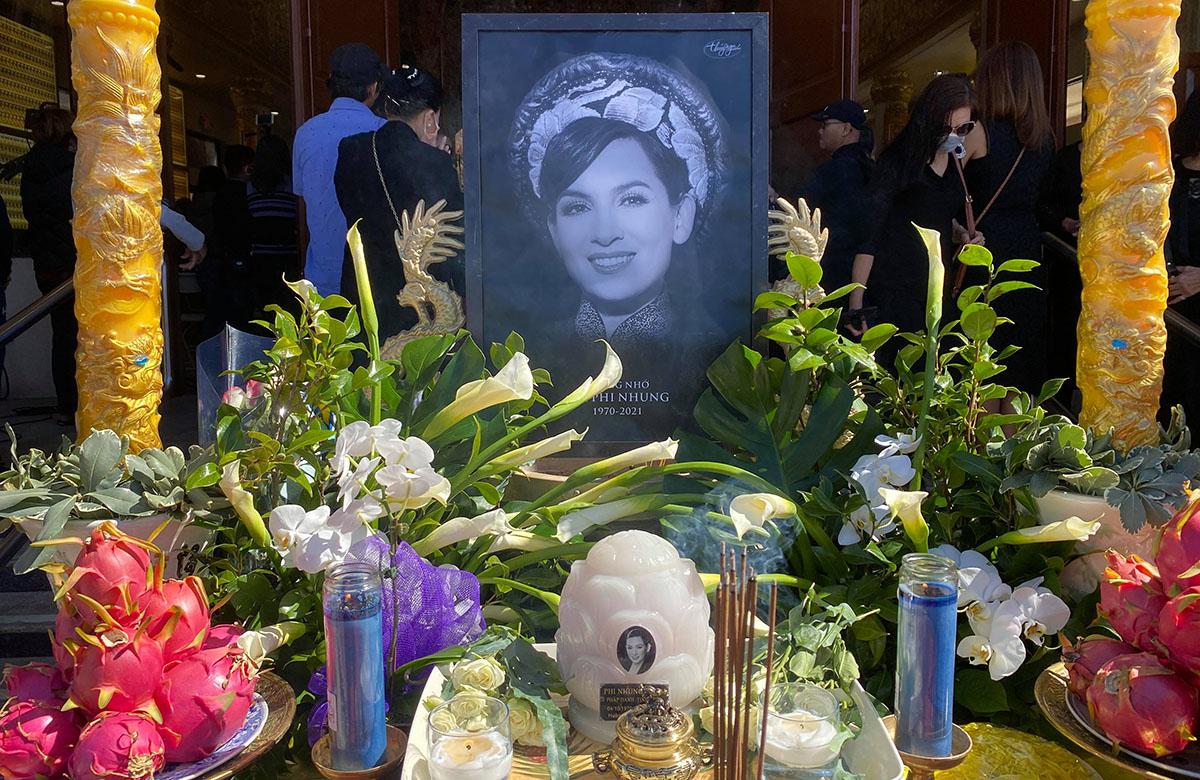 Tang lễ của Phi Nhung diễn ra tại chùa Huệ Quang ở California. Tro cốt của chị được vợ chồng Việt Hương đưa về Mỹ hôm 9/12 (giờ địa phương) theo nguyện vọng của gia đình.
