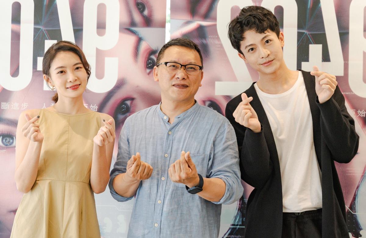 Harry Lu tham dự họp báo ra mắt phim ở Đài Loan, chụp ảnh cùng êkip. Ảnh: Nhân vật cung cấp
