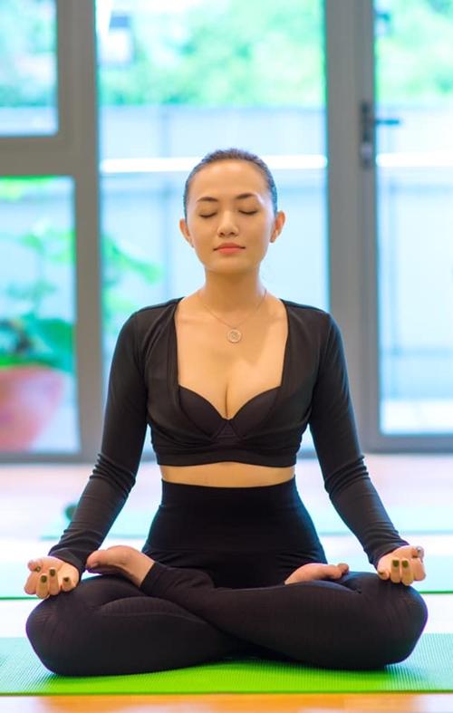 Cuộc sống độc thân nhiều sự thú vị của Tina Tình bằng yoga, thiền.