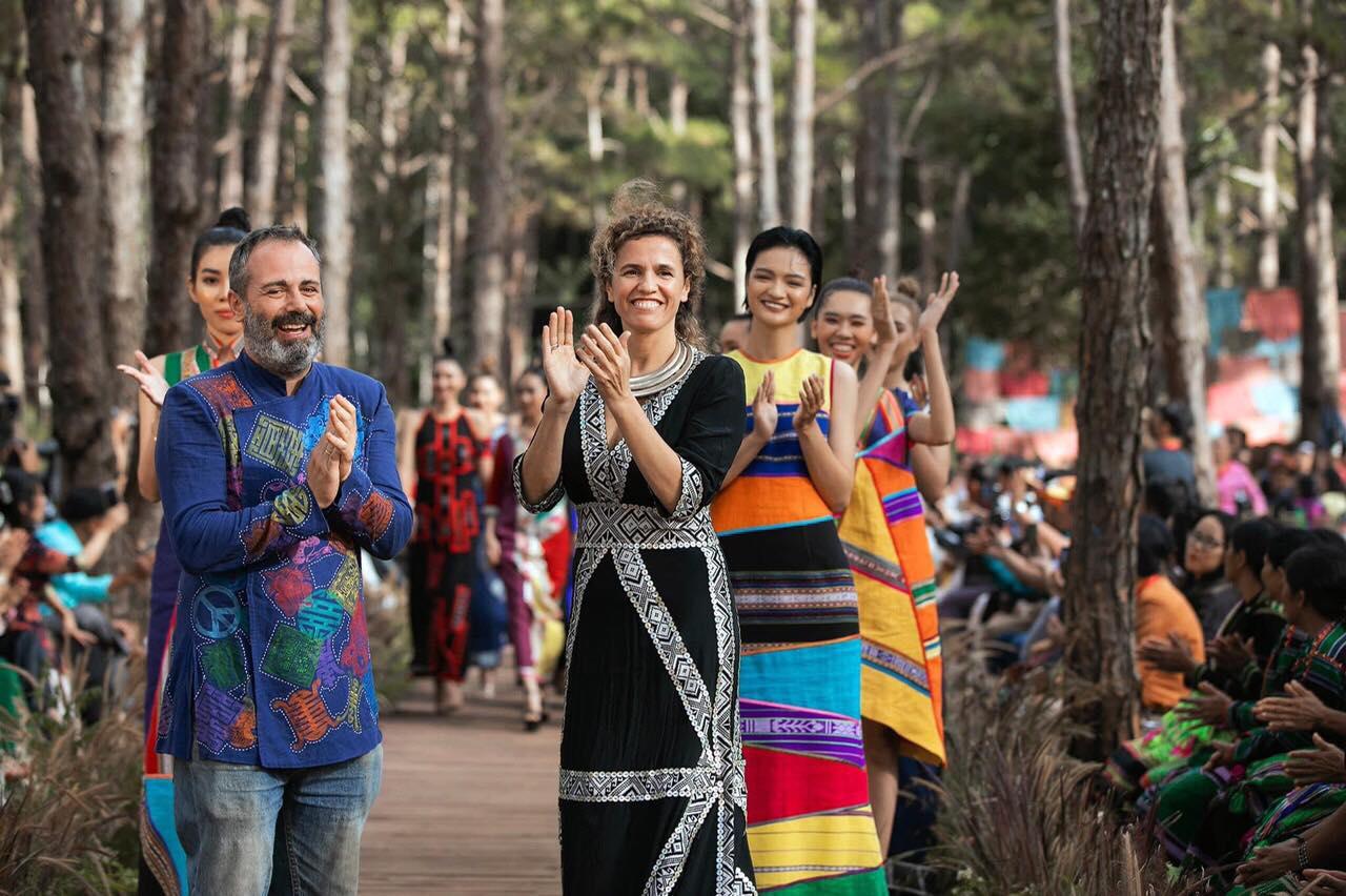 Nhà thiết kế Diego Chula (trái) và vợ trong show diễn tại Lễ hội văn hóa thổ cẩm Việt Nam 2021. Ảnh: Facebook Diego Chula