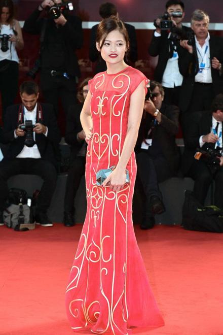 Diễn viên Thùy Anh diện đầm Chula trên thảm đỏ Liên hoan phim Venice hồi tháng 9/2014. Thiết kế mang họa tiết song cửa đặc trưng của Hà Nội những thập niên trước. Ảnh: NVCC